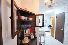 クラシカルな食器棚には、可愛らしいティーカップが置かれています。(2012-07-13,共用部,LIVINGROOM,1F)
