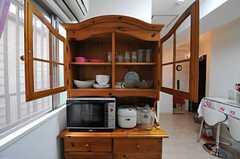 キッチンの向かいには、食器棚があります。木の素材感が味わい深い。(2012-07-13,共用部,KITCHEN,1F)
