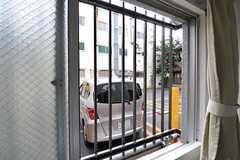 窓の外の様子。住居の隣はコインパーキングです。(101号室)(2012-07-13,専有部,ROOM,1F)