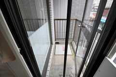 ベランダに出るドアは網戸が備え付けてあります。開け放すことはできますが、ドアの外は緊急避難用なので通常の立ち入りは禁止となっています。(202号室)(2012-07-13,専有部,ROOM,2F)