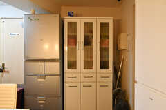 冷蔵庫と収納棚の様子。(2020-11-19,共用部,KITCHEN,1F)