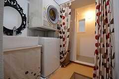 脱衣室はカーテンで閉じます。手前には洗濯機&乾燥機と洗面台が設けられています。(2014-10-20,共用部,BATH,2F)