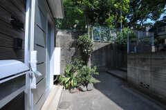 左手のドアはオーナーさん宅の玄関。シェアハウスの正面玄関は2Fにあり、右手にある階段から上がっていきます。(2012-09-13,共用部,OUTLOOK,1F)