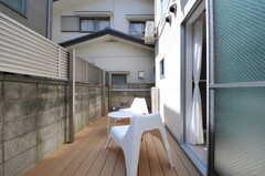 ベランダの様子。ウッドデッキが敷かれ、チェアとテーブルが置かれています。(2012-09-13,共用部,OTHER,1F)