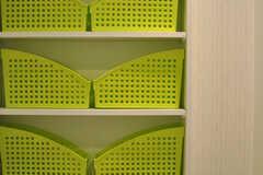 洗面台の鏡の裏は収納となっており、各専有部ごとに使用できるボックスが用意されています。(2012-09-13,共用部,OTHER,2F)
