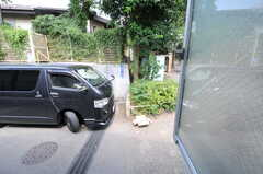 窓からの眺め。道路に面しています。(211号室)(2012-09-13,専有部,ROOM,2F)