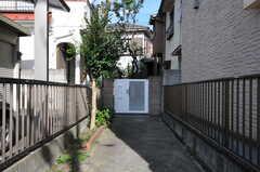 アプローチの様子。門扉も白く塗られています。(2011-09-13,周辺環境,ENTRANCE,1F)