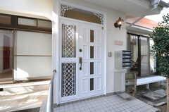 シェアハウスの正面玄関。右手には各部屋ごとに割り当てられた集合ポストと宅配ボックスが用意されています。(2011-09-13,周辺環境,ENTRANCE,1F)