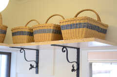 洗濯機の上には、部屋ごとに使えるカゴが用意されています。(2011-09-13,共用部,KITCHEN,1F)