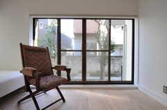 掃き出し窓からは庭に出られます。(101号室)(2011-09-13,専有部,ROOM,1F)