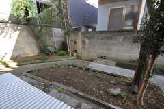 濡れ縁と庭の様子。好きな野菜や花を育てて良いとの事。(101号室)(2011-09-13,専有部,ROOM,1F)