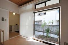 カーテンの代わりに、ロールスクリーンが付いています。こちらも庭付きです。(102号室)(2011-09-13,専有部,ROOM,1F)