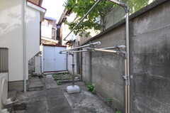 建物の裏には物干し場があります。奥の小屋にはゴミを一時的に置くことが出来ます。(2011-09-13,共用部,OTHER,1F)
