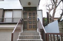 玄関ドアは階段を上がったところにあります。(2012-12-21,周辺環境,ENTRANCE,1F)