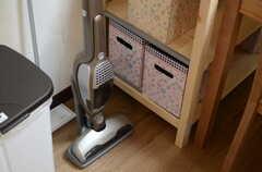 掃除機はスティックタイプ。花柄のボックスは1人1箱使用できます。(2012-12-21,共用部,LIVINGROOM,1F)