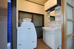 洗面台、洗濯機の様子。(2012-12-21,共用部,LAUNDRY,1F)