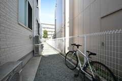 建物の脇が自転車置き場です。(2019-01-17,共用部,GARAGE,1F)