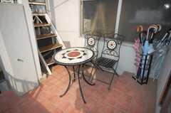 正面玄関前のテーブル。喫煙はこちらで。(2008-11-18,共用部,LIVINGROOM,1F)