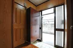 内部から見た玄関周辺の様子。(2013-03-14,周辺環境,ENTRANCE,1F)