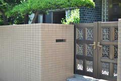 門戸の脇にポストがあります。(2013-05-26,共用部,OUTLOOK,1F)