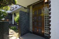 シェアハウスの玄関の様子。(2013-05-26,周辺環境,ENTRANCE,1F)