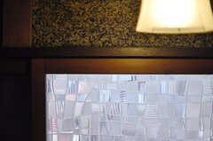 廊下は一部砂壁。ガラス窓はレトロです。(2013-05-26,共用部,OTHER,1F)