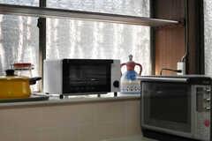 コンロ脇にキッチン家電が置かれています。(2013-05-26,共用部,KITCHEN,1F)