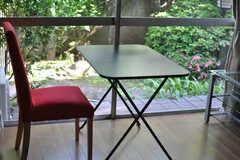窓の外は、庭の緑でいっぱい。(102号室)(2013-05-26,専有部,ROOM,1F)