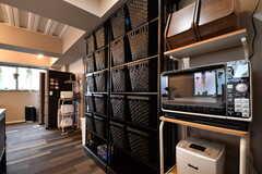 キッチンの対面は収納棚です。収納棚にはキッチン家電や専有部ごとの収納が置かれています。(2017-10-04,共用部,KITCHEN,1F)