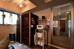 左手から冷蔵庫が2台、収納棚が設置されています。(2017-10-04,共用部,KITCHEN,1F)