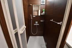 シャワールームの様子。シャワールームは2Fと3Fに用意されています。(2017-10-04,共用部,BATH,2F)