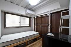 専有部の様子。全室、ハンガーラックが設置されています。(201号室)(2017-10-04,専有部,ROOM,2F)