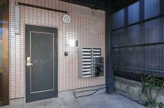 シェアハウスの正面玄関。(2012-12-24,周辺環境,ENTRANCE,1F)