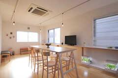 リビングの様子。窓が3面に付いています。(2012-12-24,共用部,LIVINGROOM,3F)