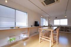 リビングの様子3。窓辺のカウンター下には、水耕栽培マシンが置かれています。(2012-12-24,共用部,LIVINGROOM,3F)