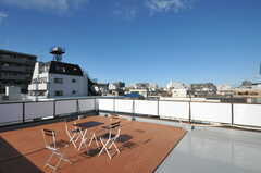 屋上の様子。テーブルセットが置かれています。(2012-12-24,共用部,OTHER,4F)