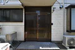 玄関ドアの様子。引き戸です。(2019-09-25,周辺環境,ENTRANCE,1F)