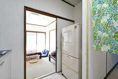 冷蔵庫の様子。各部屋にもミニ冷蔵庫が設置されています。(2019-09-25,共用部,KITCHEN,1F)