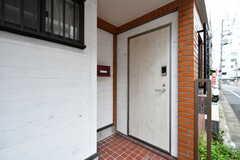 シェアハウスの玄関ドア。(2017-10-24,周辺環境,ENTRANCE,1F)