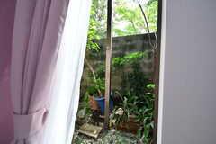 ドアの外は小さな庭。(101号室)(2017-10-24,専有部,ROOM,1F)