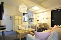 リビングの隣にキッチンがあります。(Fine)(2012-07-17,共用部,LIVINGROOM,2F)
