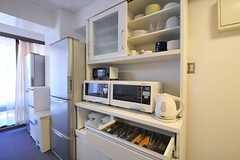 食器棚とキッチン家電の様子。(Fine)(2012-07-17,共用部,KITCHEN,2F)