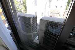 窓の外には室外機が並んでいます。(307号室)(Fine)(2012-07-17,専有部,ROOM,3F)