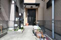 シェアハウスの玄関ドア。玄関前のスペースに駐輪が可能です。(2014-04-01,周辺環境,ENTRANCE,1F)