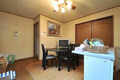 リビングの様子2。引き戸の隣が101号室です。(2014-04-01,共用部,LIVINGROOM,1F)