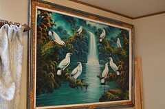 オーナーさんの以前のお仕事の関係で、建物内には大きな絵が多数飾られています。(2014-04-01,共用部,LIVINGROOM,1F)