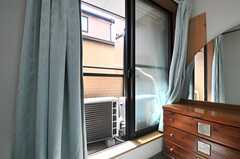 掃き出し窓からはベランダに出られます。物干しもできます。(202号室)(2014-04-01,専有部,ROOM,2F)