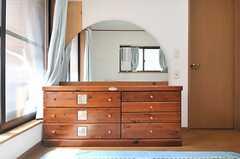 ミラーの形がかわいい収納。(202号室)(2014-04-01,専有部,ROOM,2F)