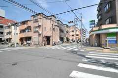 シェアハウスから都営三田線・志村三丁目駅へ向かう道の様子。コンビニやスーパーもすぐ近く。(2014-04-01,共用部,ENVIRONMENT,1F)