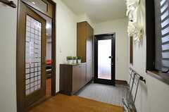 内部から見た玄関周辺の様子。左手のドアがリビングです。(2014-03-05,周辺環境,ENTRANCE,1F)